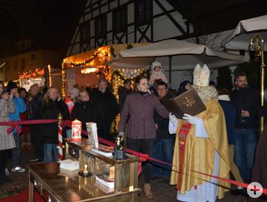 """Der Nikolaus eröffnet """"sein"""" Postamt auf dem Weihnachtsmarkt."""
