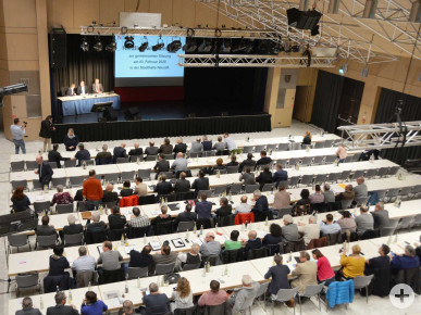 """Stadt-, Markt- und Gemeinderäte bei der gemeinsamen Sitzung zum Thema """"Drittes Gleis"""" in der Stadthalle Neusäß."""
