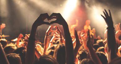 Konzertpublikum formt Herz mit den Händen. Copyright: pixabay/Free-Photos