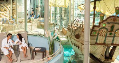Piraten ahoi: Das Schiff im Erlebnisbereich des Titanias ist ein echter Blickfang. Foto © Titania Neusäß