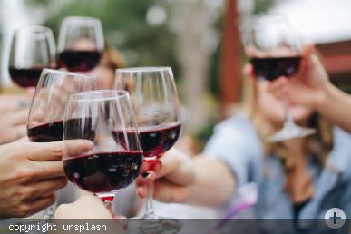 Auf ein fröhliches Beisammensein beim Weinfest in Neusäß