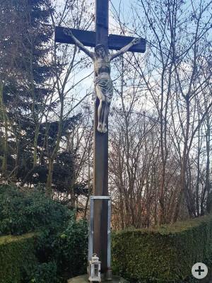 Das frühere Kreuz auf dem städtischen Friedhof in Ottmarshausen vor der Sanierung.