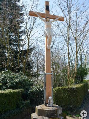 Das neugefertigte Lärchenholzkreuz auf dem Friedhof Ottmarshausen.