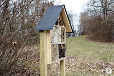 Ein Insektenhotel im Schmutterpark.