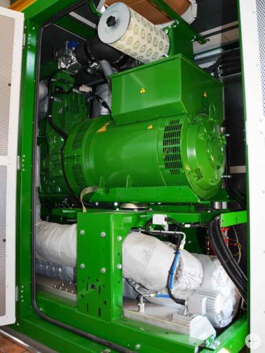 Blick auf den Gasmotor des neuen Blockheizkraftwerkes.